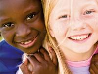 schwarzes und weißes Mädchen spielen
