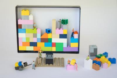 Kleine Figuren stapeln in einem Bildschirm farbige Klötzchen