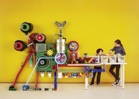 Zwei Kinder und eine witzige Maschine mit Transportband wie im Supermarkt
