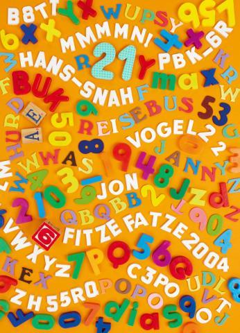 Bunte Buchstaben und Zahlen aus Plastik - wild aneinandergereiht