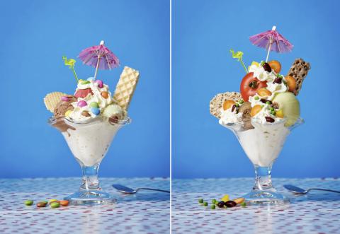 Zwei Eisbecher - einer mit Eis und Schokolinsen, einer mit Tomaten und Zwiebeln