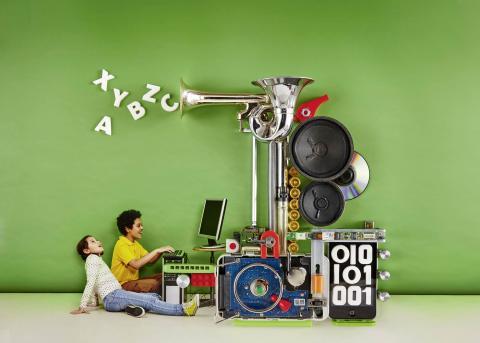 Zwei Kinder vor einer Wundertechnikmaschine