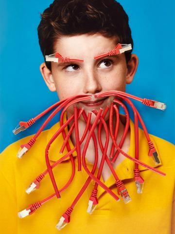 Ein Junge mit einem Bart aus Kabeln