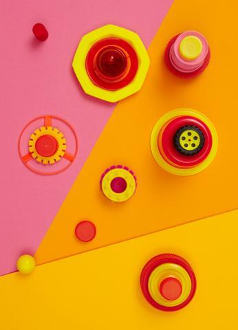 Rosafarbene, gelbe und orangene Deckel und runde Formen