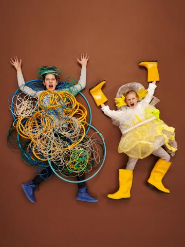 Zwei Kinder als Datenmonster verkleidet